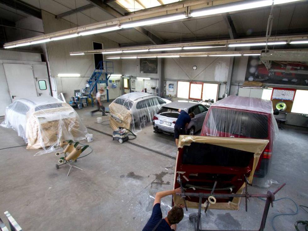 Innenansicht vom Lack- und Karosseriecenter Hildburghausen mit mehreren Fahrzeugen zur Karosserie- und Unfallinstandsetzung