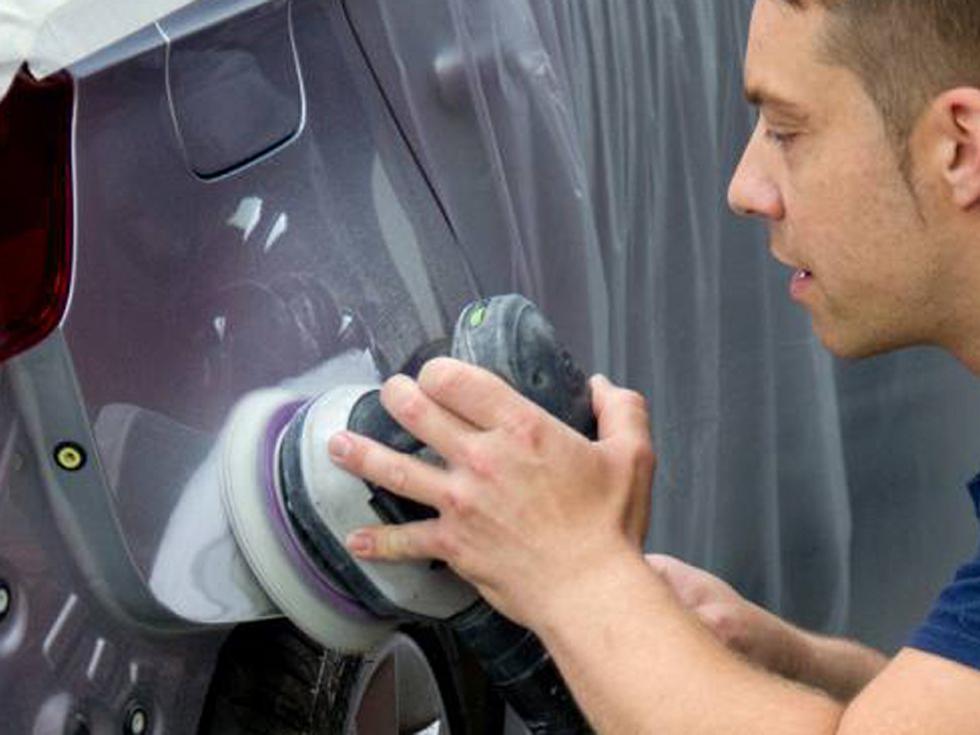 KFZ-Mechaniker vom Lackierzentrum Hildburghausen bei der Lackpolitur nach einer Fahrzeuglackierung