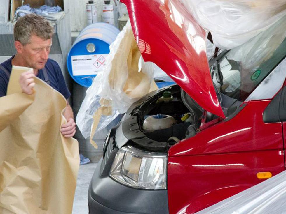 KFZ-Mechaniker vom Lack- und Karosseriecenter Hildburghausen bei der Vorbereitung eines Transporters zur Lackierung