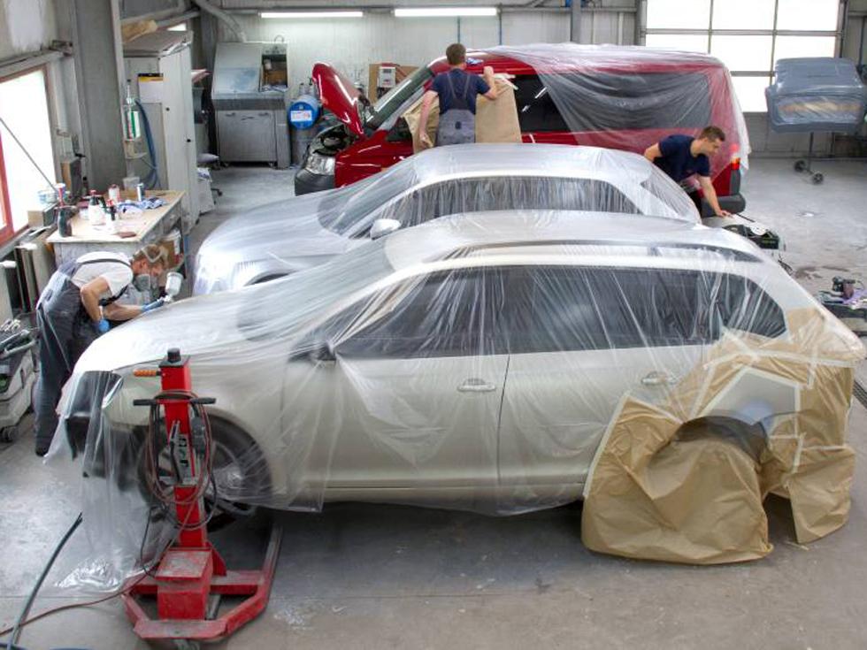 KFZ-Mechaniker vom Lack- und Karosseriecenter Hildburghausen während der Fahrzeuglackierung